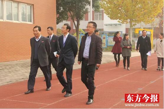 郑州师范学院领导贾敏仁莅临惠济区实验小学   对其进行评估工作