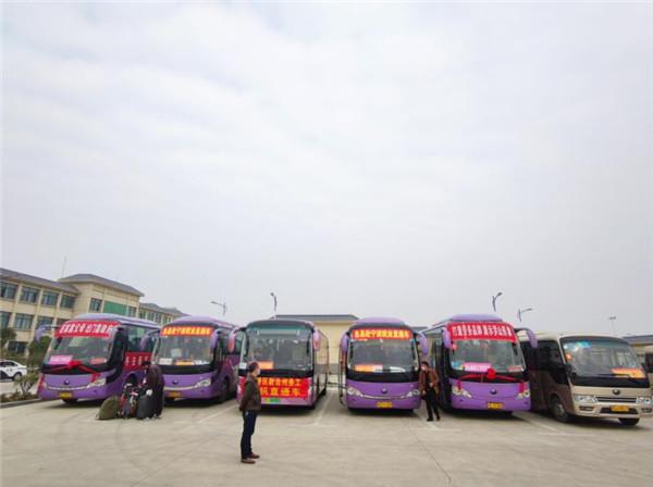 """明港交警保驾护航""""包机""""返岗复工人员"""