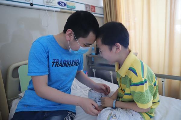"""""""盲哥哥""""每天工作14小时攒钱救患病弟 弟弟:我是哥哥的眼睛"""
