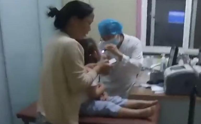 小女孩误食水银 交警紧急开道 8分钟送达医院