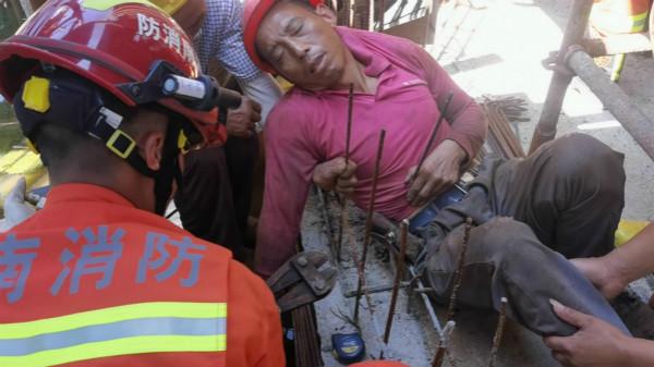 河南禹州西商贸锦绣华城工地工人坠落被两根钢筋穿透 救援人员切钢筋救人