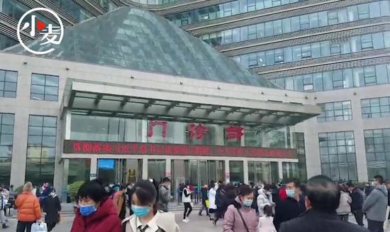 """""""亚洲最大医院""""春节后迎来小高峰 挂号处排起长队"""