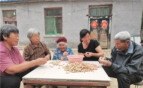 两位百岁老人,五世同堂,家庭其乐融融,厚爱无需多言,幸福在身边长久相伴