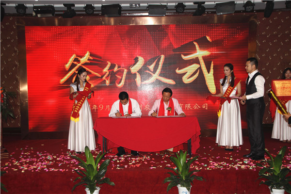 与信阳公益志愿者协会马会长签署捐赠协议.jpg