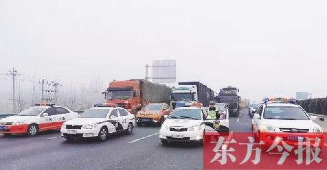大雾突袭省内部分高速路段 豫冀两地高速交警开警车霸气护航